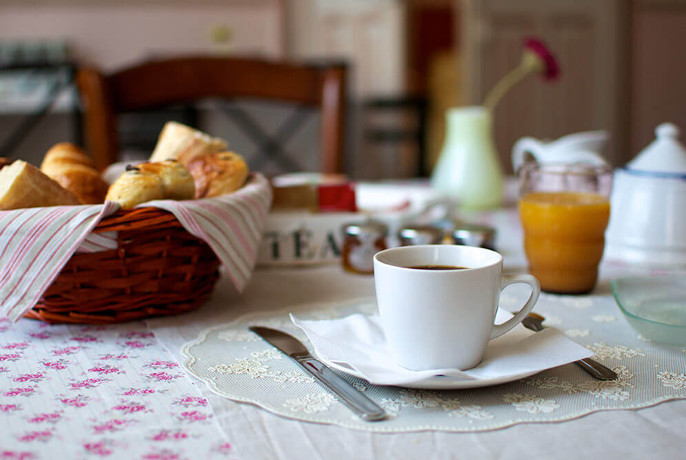 Petit déjeuner avec café et croissant à l'hôtel